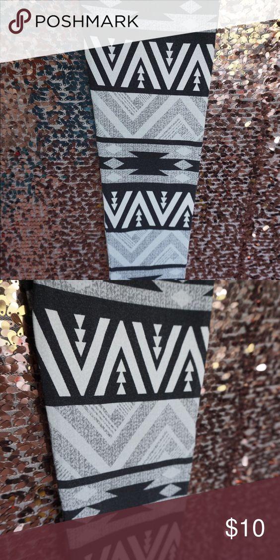 Selling this Black/white/grey printed leggings on Poshmark! My username is…