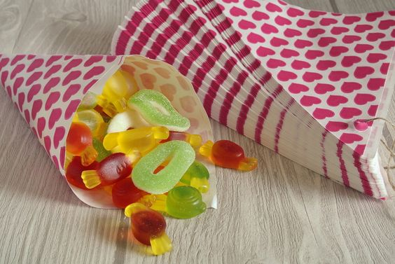 Papiertüten - 10 Spitztüten Papiertüten 19 cm pink CandyBar Herz - ein Designerstück von NellisInsel bei DaWanda