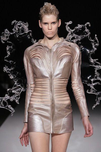 Rien ne semble arrêter la jeune designer hollandaise Iris Van Herpen. A seulement 28 ans, elle a déjà neuf collections à son actif, toutes plus ébouriffantes les unes que les autres.    Son univers est totalement extravagant, futuriste et organique à la fois. Impossible de ne pas trouver une ressemblance entre ses vêtements et les carapaces d'insectes de l'espace.