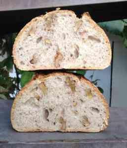 """En efecto, de esta foto sale el encabezado del blog, y con él quiero inagurarlo. Se trata de uno de esos panes que triunfan cuando lo llevas a casa de los amigos. Es lo que yo llamo un """"pan demagóg..."""