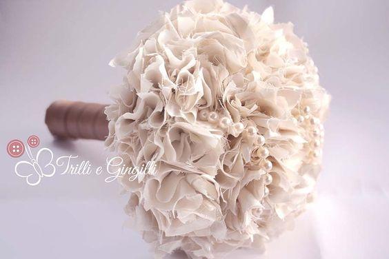 Bouquet bianco con pon pon e perle. Alternative bouquet with fabric pom pom white and pearls. #bouquet #wedding