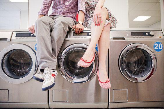 Sophie Delaveau | Engagement - launderette engagement session Paris / photo engagement laverie automatique