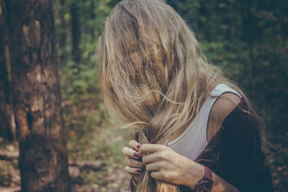¿Tienes el pelo seco? Puede ser debido a la exposición al Sol en horas de alta temperatura, el uso frecuente de secador, el viento, la falta de ejercicio, el estrés, el tabaco o el alcohol.  Usa un buen champú y acondicionador para que tu pelo brille siempre. #Curiosidades #ConsejosBelleza