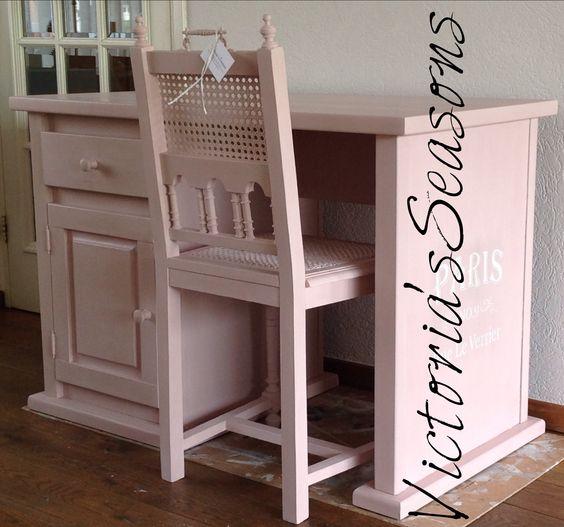 Shabby chic handpainted pink desk with chair. Annie Sloan Chalkpaint - Antoinette.  Landelijk brocante handgeschilderd roze bureau / kinderbureau met stoel.
