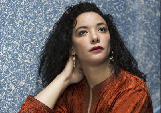 """Loubna Abidar, l'actrice marocaine de 31 ans, héroïne du film """"Much Loved"""", menacée dans son pays pour avoir osé incarner à l'écran le quotidien des prostituées de Marrakech, se livre dans """"La dangereuse"""", une autobiographie dans laquelle elle revient sur son enfance, ses débuts sur scène, mais aussi son agression en novembre dernier, et son combat pour la liberté, notamment des femmes, au Maroc et ailleurs dans le monde arabe."""