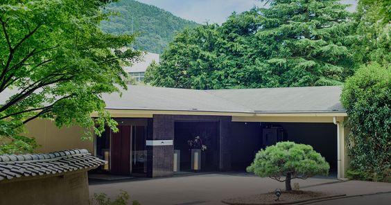 箱根 翠松園は、山の静寂と鮮やかな木々花々の息吹きが身を包み心を癒すひとときをお過ごしいただけます。