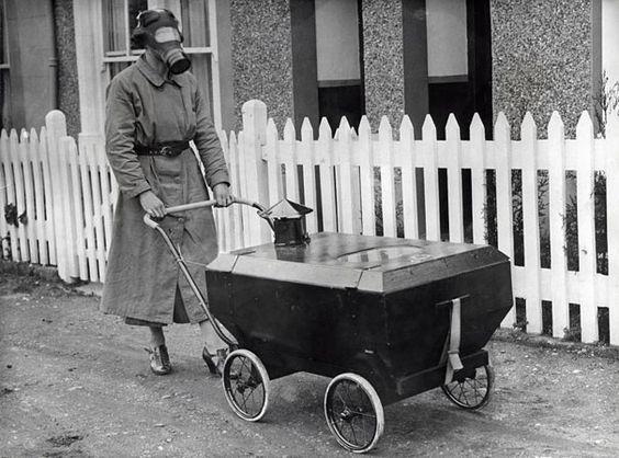 Una mujer con un cochecito de niño antigas, Inglaterra, 1938.