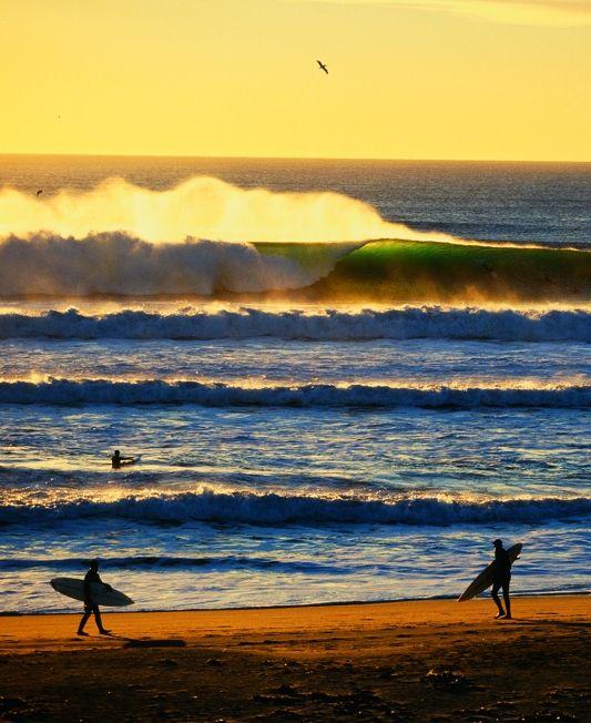 幾重にも重なる波とサーファー