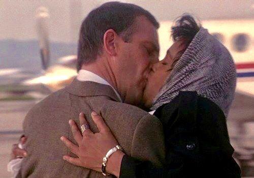 Kevin Costner Whitney Houston S Goodbye Kiss In The Bodyguard