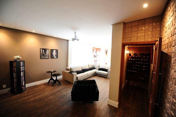 Nesta rea de home theater (com metragem de 25m), a arquiteta Daniele Cardoso usou um piso cimentcio da linha rstica da Arte Piso com medida especial 1 x 0,20m (tambm usado na rea da cozinha desta mesma casa).