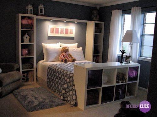 A cama com nichos, além de linda, é uma ótima opção para aproveitar bem o espaço. A iluminação fez toda a diferença no ambiente.