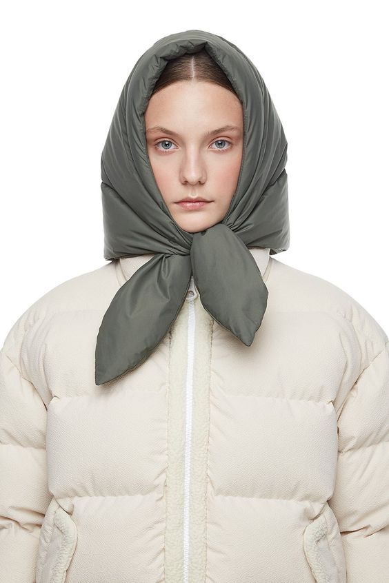 Buy IENKI IENKI Hustka Hood Scarf Khaki. Filled 100% white goose down to confront the winter: light and warm. Shop now with free DHL delivery worldwide!