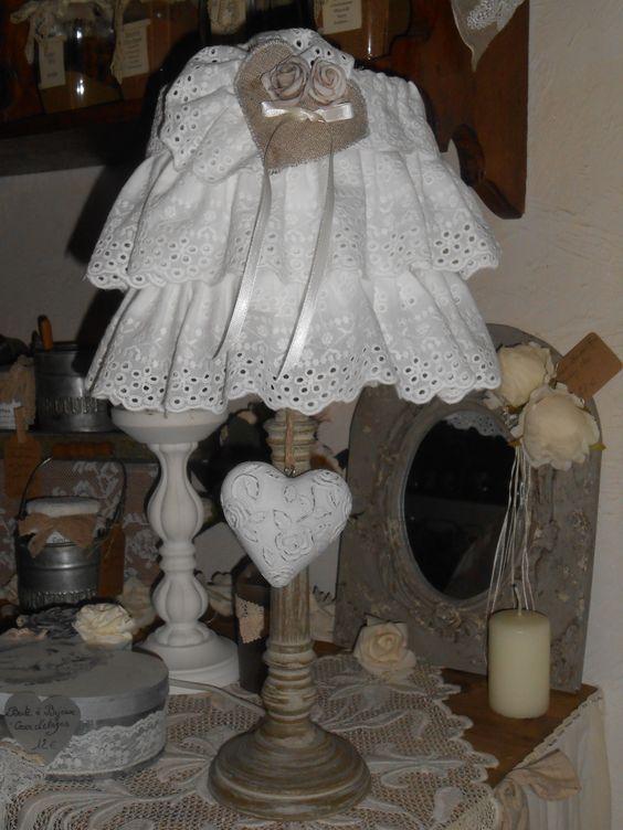 """Lampe d'appoint """"Capucine"""" Pied en bois cérusé, jupon d'abat-jour en broderie anglaise."""