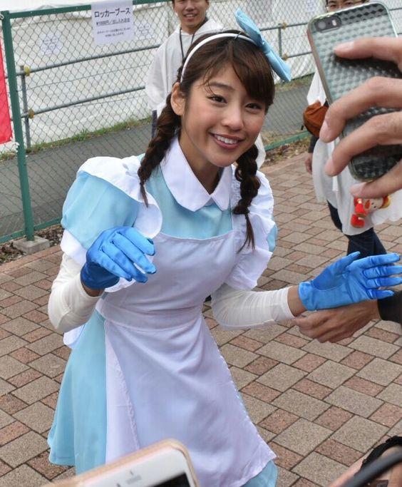 様々な格好で仕事をこなす岡副麻希の美人でかわいい画像