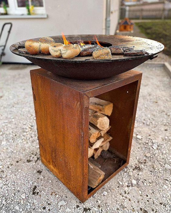 Mit unserer Feuerschale Lindau sind Sie Flexibel. Nutzen Sie den Grill um ausgefallene Gerichte direkt für Ihre Gäste zu braten , kochen und zu grillen. Egal ob Steak , Burger , Würste , mit der enthaltenden Feuerplatte mit 85 cm Durchmesser gelingt ihnen dies genauso wie Garnelen , Fisch und Gemüse. Bei der starken Feuerplatte mit 8mm dicke aus robustem Stahl haben wir bewusst nicht am Material gespart. Die Vorteile liegen auf der Hand. Durch die Extra Dicke... *Pin enthält Werbelink