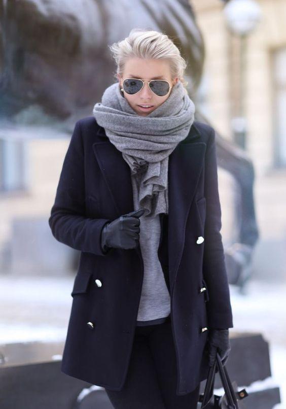 Den Look kaufen:  https://lookastic.de/damenmode/wie-kombinieren/mantel-langarmshirt-enge-jeans-handschuhe-schal-sonnenbrille/6050  — Schwarze Sonnenbrille  — Grauer Schal  — Graues Langarmshirt  — Schwarze Lederhandschuhe  — Schwarzer Mantel  — Schwarze Enge Jeans