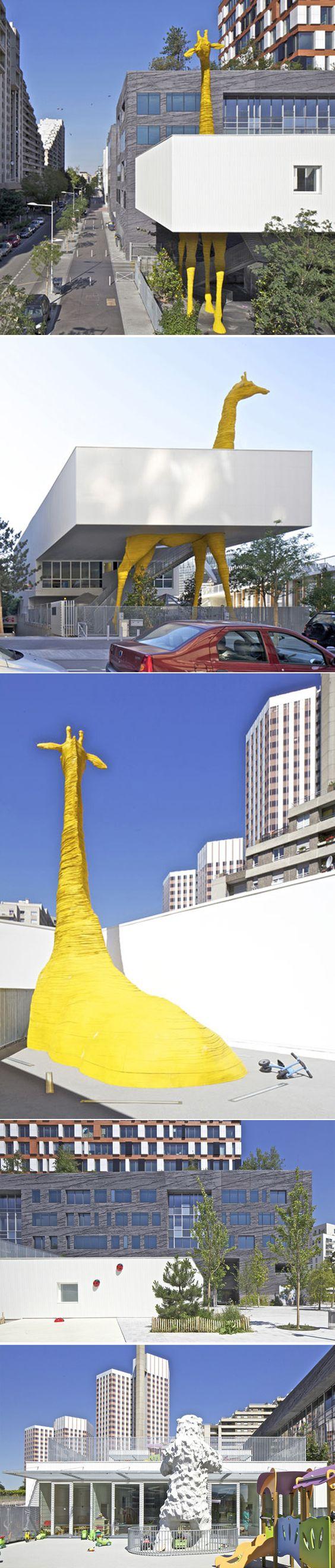 Les architectes de Hondelatte Laporte Architectes réalisent à Paris une gigantesque crèche où une immense girafe jaune traverse certaines parties du bâtiment. La statue impressionnante semble agir comme une colonne de soutien, comme si elle maintenait une partie du dernier étage. Cet équipement public exprime l'univers de la petite enfance et anime l'espace.
