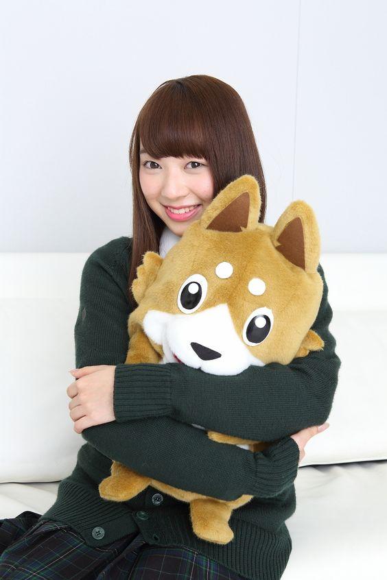 犬のぬいぐるみを抱きしめる佐藤詩織