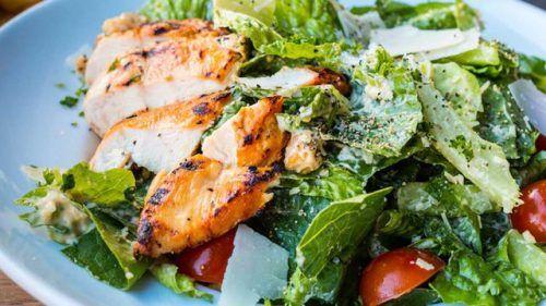 طريقة عمل سلطة السيزر طريقة عمل سلطة السيزر تمتاز السلطات بغناها بالعناصر الغذائية الضرورية لجسم In 2020 Chicken Caesar Salad Food Magazine Easy Summer Dinners