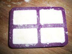 après avoir testé la recette AZ je publie celle de Caly qui nettoie beaucoup mieux ma vaisselle: 2 CS d'acide citrique 2 CS de cristaux de soude 2 CS de sodium coco sulfate 1 CS de percarbonate Quelques gouttes d'HE de votre choix, ici j'ai choisi citron...
