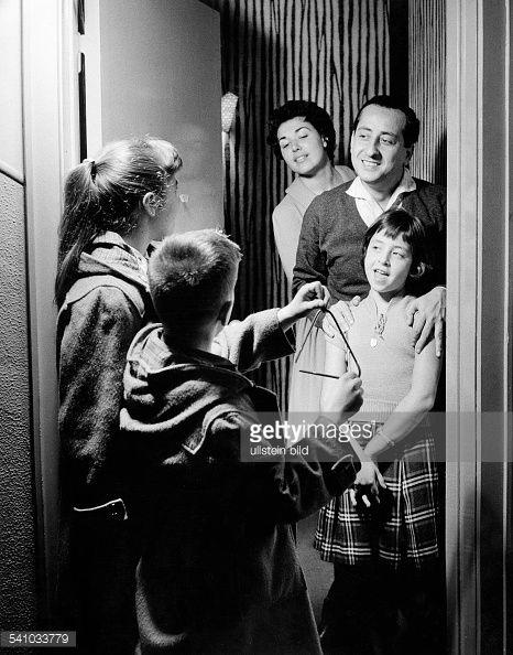 Leandros, Leo *23.08.1926-Saenger, Komponist, Griechenland- mit seinen Kindern Vicky, Alexandros und Ioli, im Hintergrund die Ehefrau- 1958