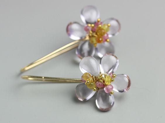 Orecchini di ametista fiore morbida ombra con cluster zaffiro rosa e giallo di fussjewelry su Etsy https://www.etsy.com/it/listing/235742064/orecchini-di-ametista-fiore-morbida