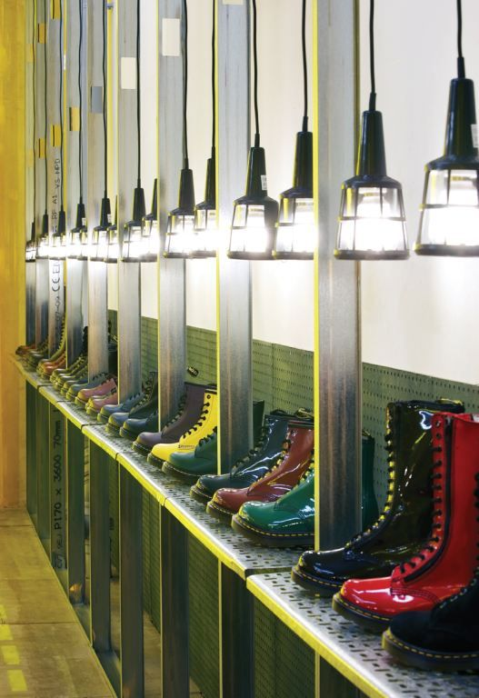 Pineado por Pilar Escolano. #visual #merchandising #retail Dr. Martens pop up, London