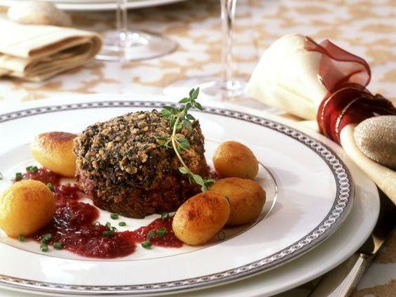Rindermedaillon mit Steinpilzhaube und Zwiebeln in Rotwein ist ein Rezept mit frischen Zutaten aus der Kategorie Rind. Probieren Sie dieses und weitere Rezepte von EAT SMARTER!