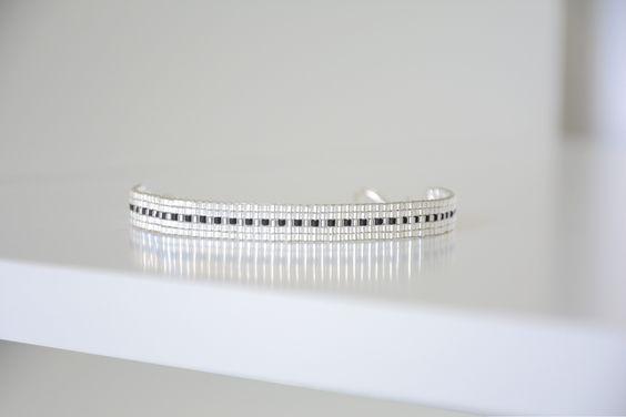 Bracelet tissé en perles Miyuki delicas blanc argenté transparent et noir : Bracelet par camoucheka