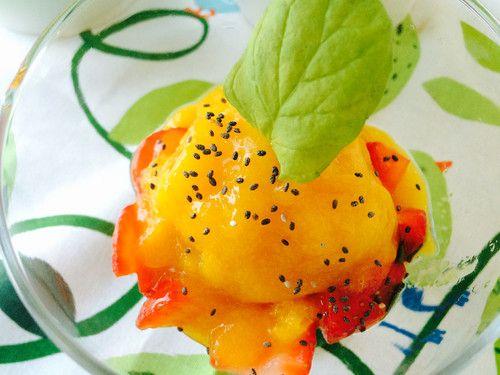 Gelado de manga com morangos e hortelã