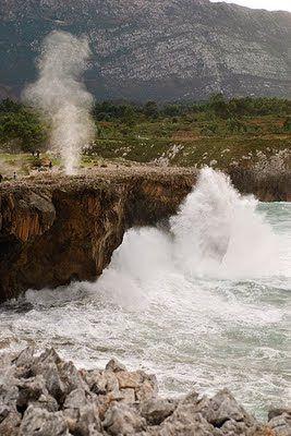 Bufones en Asturias Es un curioso fenómeno geológico que se da en las costa asturianas y que sólo puede verse cuando la marea es alta y el oleaje intenso. Se trata de unas tuberías naturales que van desde la parte baja hasta lo alto del acantilado y que, cuando las condiciones son propicias, se llenan de agua marina que emerge por la parte alta como un surtidor. Tanto el sonido que produce como el agua que expulsa es impresionante.