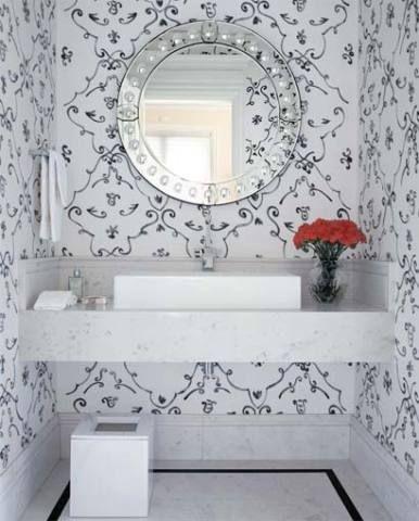 Este lavabo surpreende com suas paredes revestidas de sarja em tom cru, pintada por Marco Mariutti. O arranjo de cravos vermelhos faz o contraponto colorido. Projeto de Oskar Mikail.