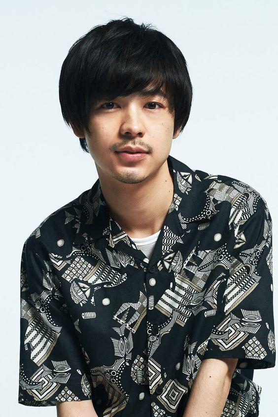 少し微笑んでいる成田凌のかっこいい高画質画像