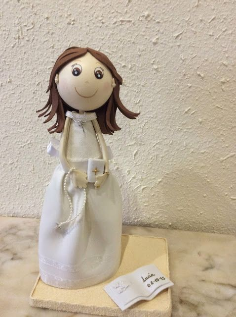 Fofucha con vestido de comunión con cuello cisne y cuerpo en tela.
