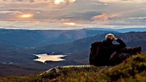 Dagsmarsjene strakte seg ofte til over midnatt. Her har Marius Nergård Pettersen tatt en pause på Sørbølfjellet for å nyte utsynet mot Vassfaret, før han trasket videre for å finne et sted å slå opp teltet.