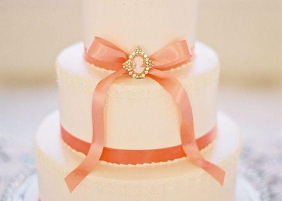 可愛いが溢れる♡ラブリー度満点な『リボン付きウェディングケーキ』10選*のトップ画像