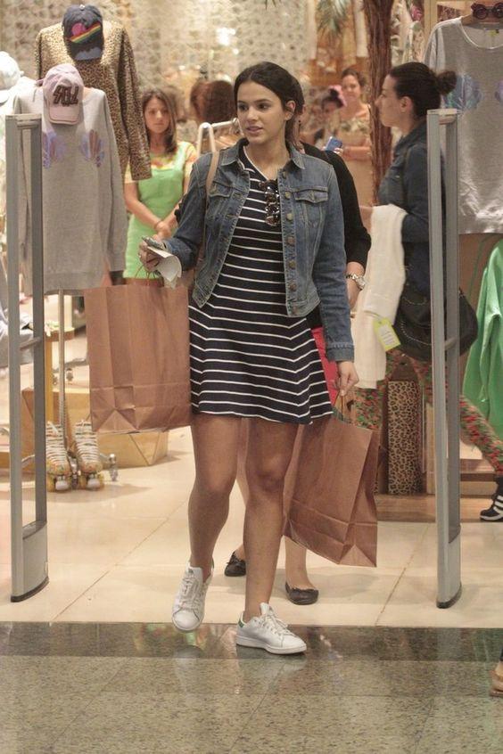 Bruna Marquezine, de cara lavada, passeia em shopping no ...