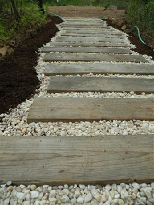 Combo pebble and pallets garden path from CasaWayward