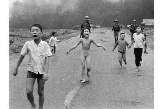 Amnesty International - Ci-dessus, Kim Phuc fuyant les bombardements au napalm de son village, Trang Bang, au Sud Vietnam. La photographie, prise le 8 juin 1972, est devenue une image tristement emblématique de la guerre du Vietnam. Kim Phuc est aujourd'hui installée au Canada et est devenue ambassadrice de bonne volonté de l'Unesco.