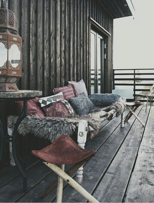 imagine sitting here while drinking coffee..good idea to put lots of warm things down to enjoy your garden even in the winter