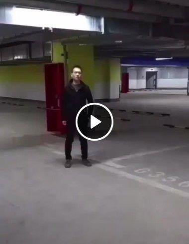 olha como o homem guarda o carro