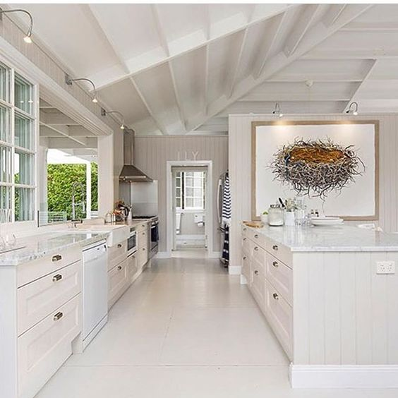What a wet day yesterday! How did you guys fare? Our shed flooded and the house leaked a little but nothing major. We had a river running down our driveway and our two dams have a decent amount of water in them now! Now onto something amazing - this kitchen! (Pic from @cacophoto )