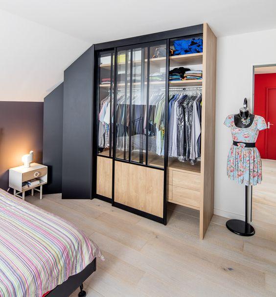 Dressing Droit Avec Portes Coulissantes Noir Et Bois Style Loft Placard Design Porte Coulissante Dressing Sous Combles