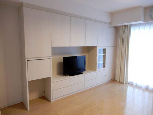 リビングの壁面に設置 中央のテレビスペースを囲むように収納を配置し