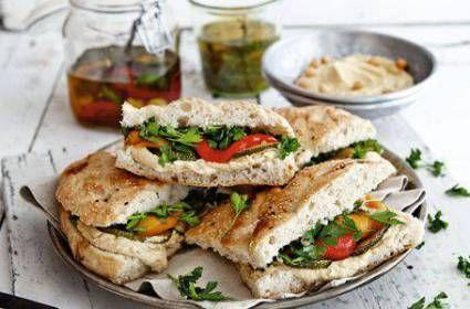 Turks brood met gegrilde groenten
