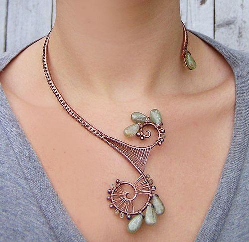 Collier fil alu couleurs cuivre et vert: