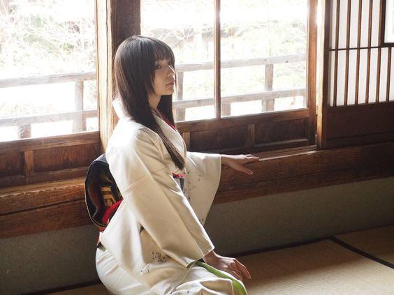 白い着物姿の高野麻里佳さん