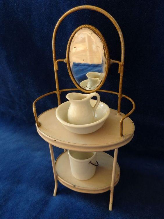 Antiker Puppentisch mit Spiegel & Goldbemalung c1900 für Mignonette Puppen Bad