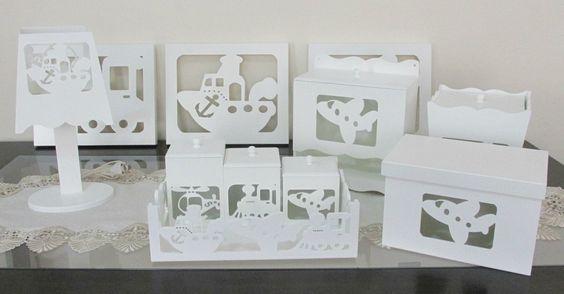 Peças em MDF vazadas, pintadas de branco e com acabamento na cor escolhida pelo cliente. <br>Contém: <br>3 potes com tampa <br>1 bandeja <br>1 lixeirinha <br>1 porta-fraldas <br>1 caixa multi uso <br>1 abajur <br>3 quadrinhos <br>TEMA - MEIOS DE TRANSPORTE <br> <br>Obs: Pode ser colocado o led nos quadrinhos ( valor do led - 15 reais ) <br> <br>As peças podem ser vendidas separadamente com exceção dos potes na bandeja - consultar preços