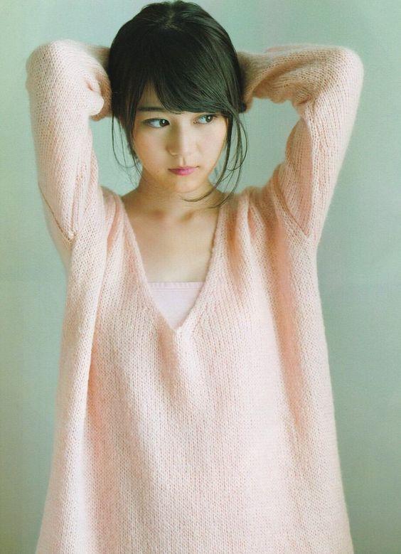 ピンクニットを着た生田絵梨花